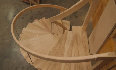 montage de l'escalier à crémaillère centrale à l'atelier