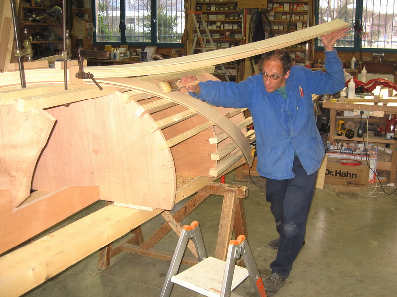 jac samson fabrication d 39 un escalier courbe cr maill re centrale. Black Bedroom Furniture Sets. Home Design Ideas