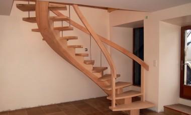 escalier courbe en frêne à crémaillère centrale, bonne adaptation à l'espace
