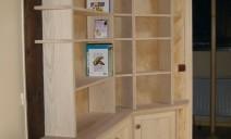 bibiothèque d'angle avec étagères en bout arrondies