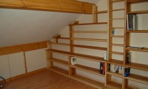 bibliothèque suivant la pente du plafond