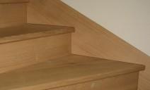 détail stylobate escalier béton habillé chêne