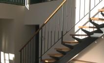 habillage marches et main courante chêne sur escalier acier