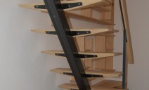 escalier poutre centrale métallique, marches frêne